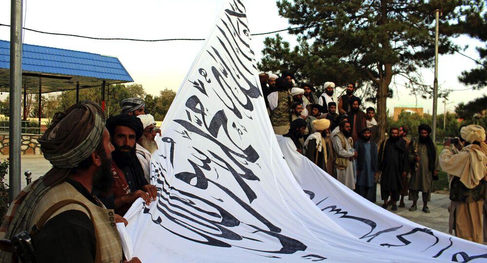 Militantes do Talibã elevam bandeira do movimento
