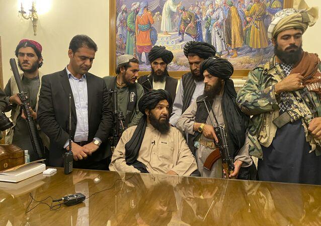 Talibãs tomam controle do palácio presidencial no Afeganistão após o presidente Ashraf Ghani ter fugido do país, 15 de agosto de 2021