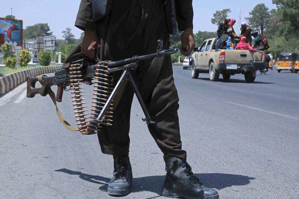 Militante do Talibã (organização terrorista proibida na Rússia e em vários outros países) na autoestrada de Herat, Afeganistão, 14 de agosto de 2021