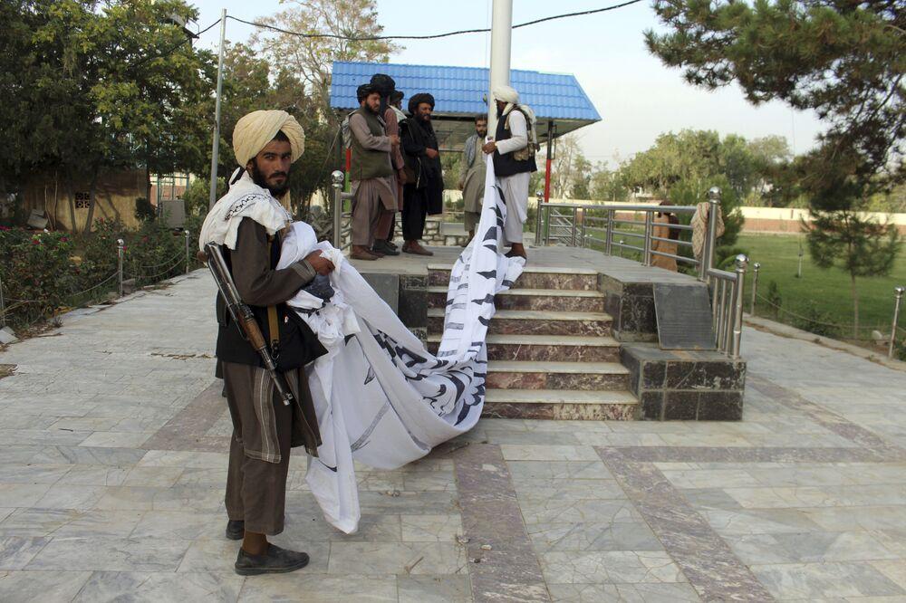 Talibãs içam sua bandeira na cidade de Ghazni, no sudeste do Afeganistão, 15 de agosto de 2021