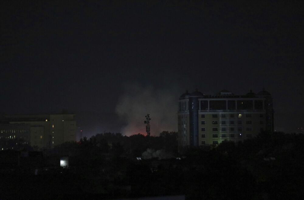 Fumaça ao lado da embaixada norte-americana em Cabul, 15 de agosto de 2021