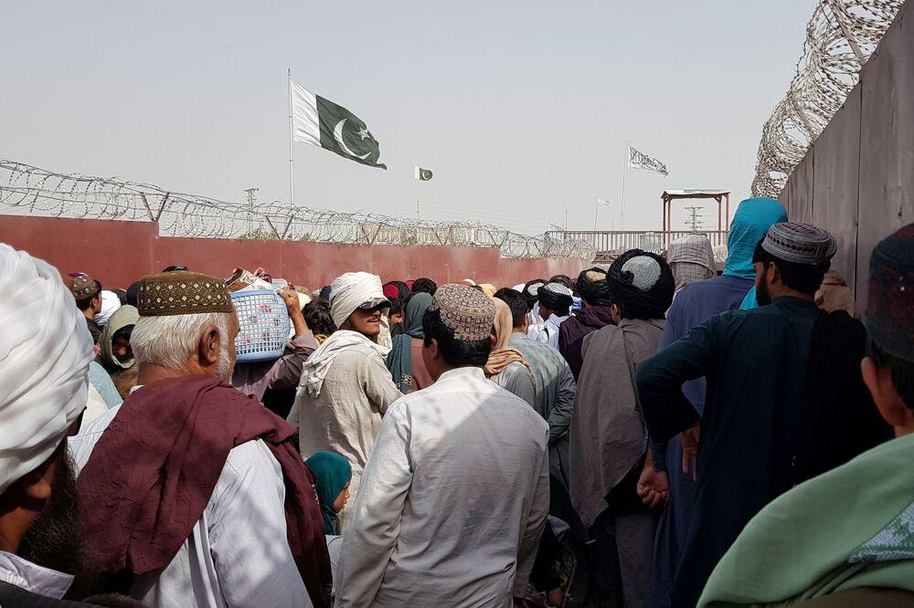 Bandeiras do Paquistão e do Talibã na fronteira entre Paquistão e Afeganistão, 15 de agosto de 2021