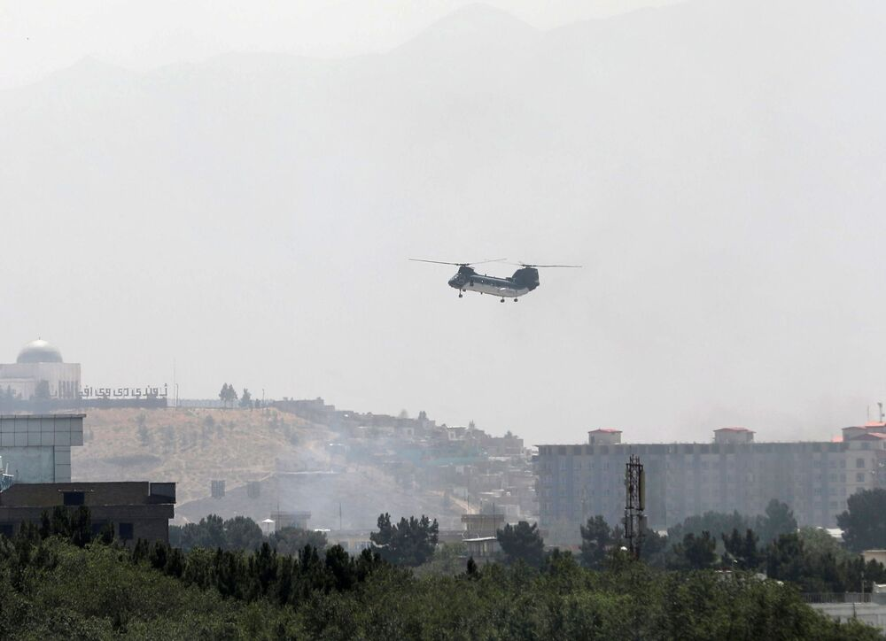 Helicóptero militar de transporte CH-46 Sea Knight sobrevoa Cabul, Afeganistão, 15 de agosto de 2021
