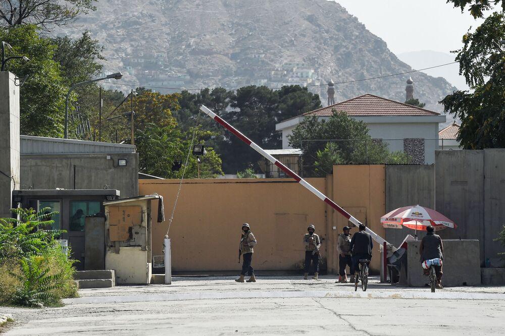 Guarda afegão junto ao portão na Zona Verde em Cabul, 15 de agosto de 2021
