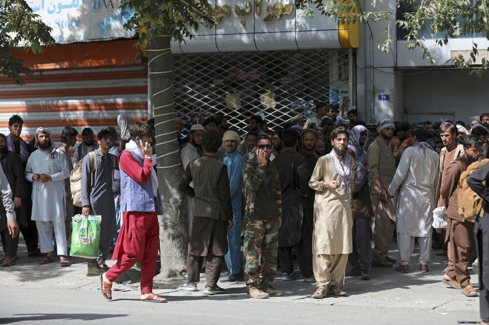 Afegãos na fila para o banco em Cabul, 15 de agosto de 2021