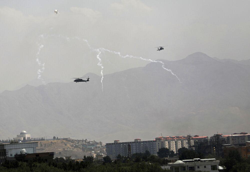 Helicópteros militares americanos Black Hawk sobrevoam a cidade de Cabul, 15 de agosto de 2021