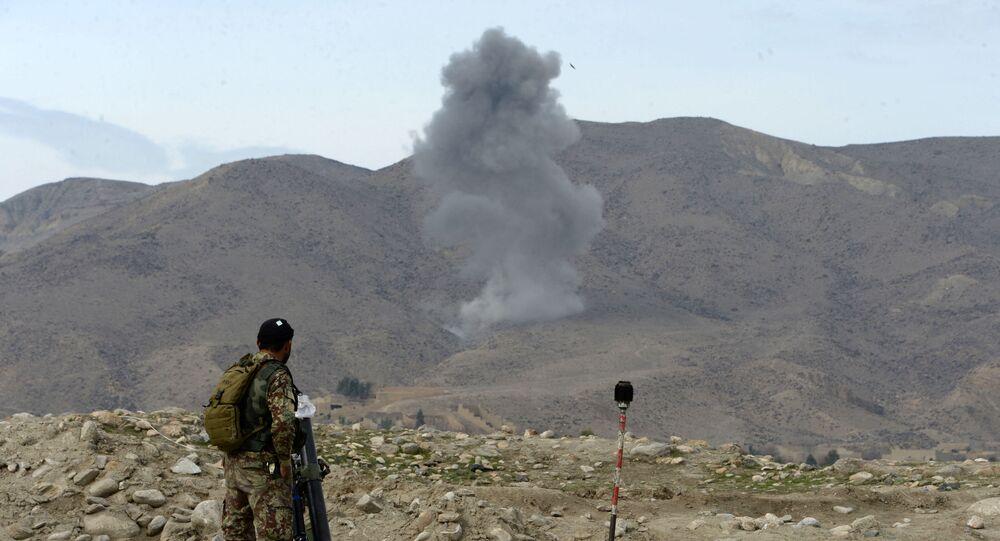 Fumaça após ataque aéreo realizado por aeronave norte-americana no Afeganistão