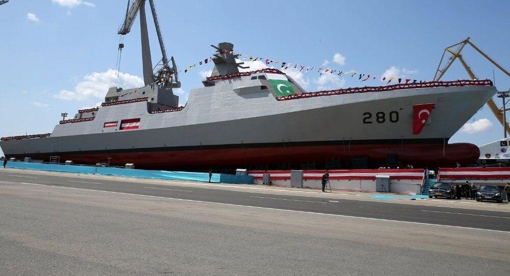 Corveta PNS Babur construída pela Turquia para a Marinha do Paquistão é lançada em Istambul