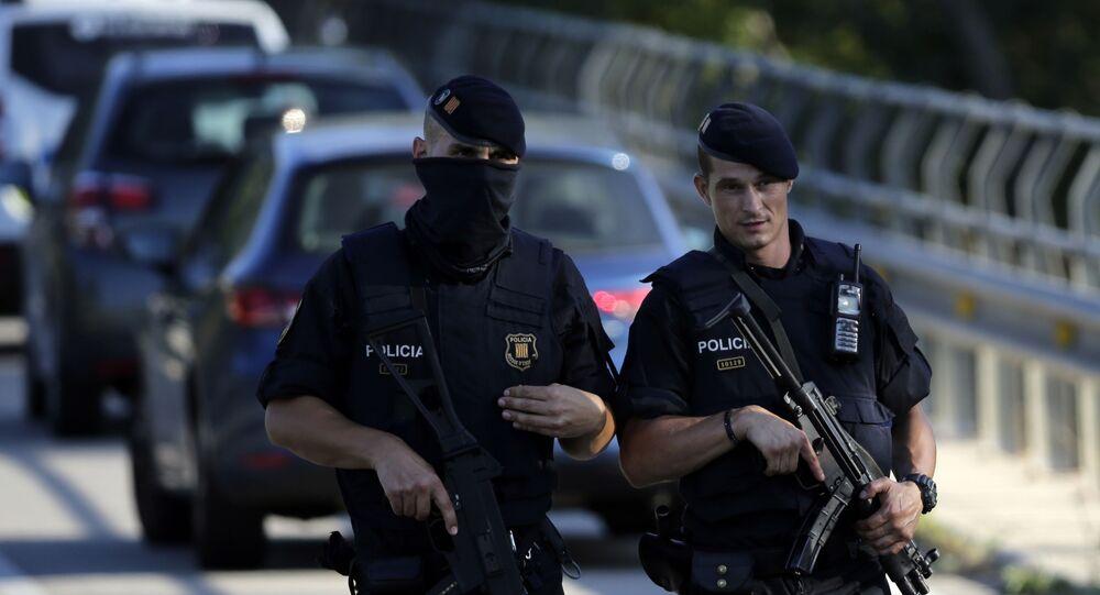 Policiais caminham em Barcelona, Espanha