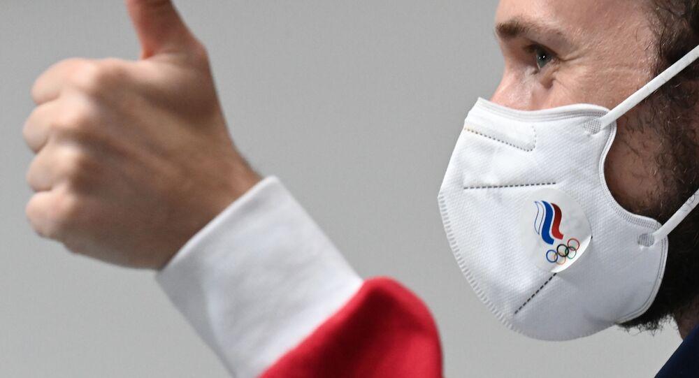 Atleta russo em mácara anti-COVID-19