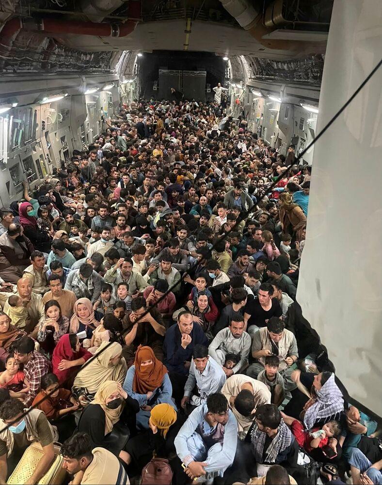 Afegãos são evacuados em um avião de transporte militar Boeing C-17 Globemaster III da Força Aérea dos EUA, que transporta 640 pessoas do Afeganistão ao Catar, 15 de agosto de 2021