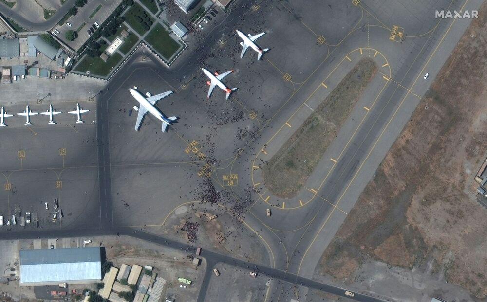 Imagem de satélite mostra multidões na pista do Aeroporto Internacional de Hamid Karzai, Cabul, Afeganistão, 16 de agosto de 2021