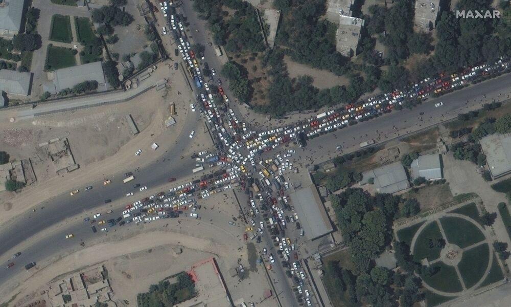 Trânsito engarrafado e multidões perto do aeroporto de Cabul, Afeganistão, 16 de agosto de 2021