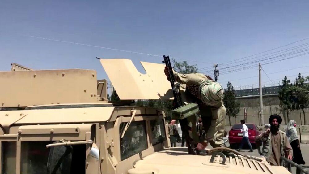 Militante armado do Talibã (organização terrorista proibida na Rússia e em vários outros países) em cima de um carro ao lado do aeroporto de Cabul, Afeganistão, 16 de agosto de 2021