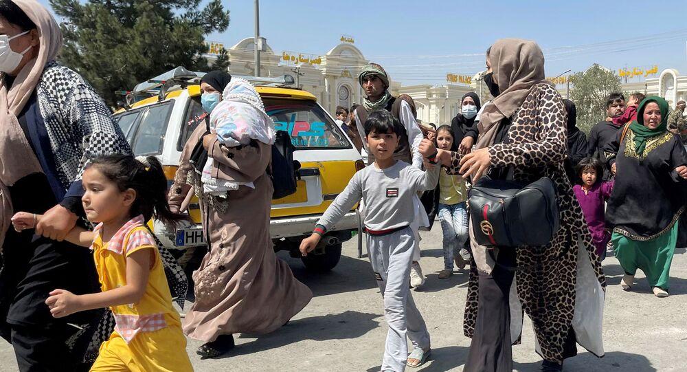 Mulheres com seus filhos tentam entrar no Aeroporto Internacional Hamid Karzai em Cabul, Afeganistão, 16 de agosto de 2021