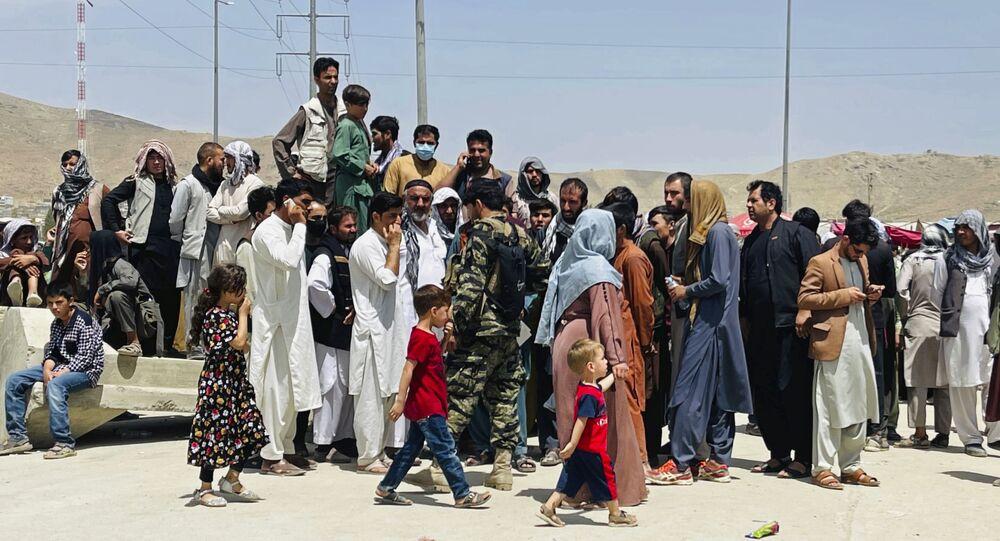 Famílias afegãs vão para o aeroporto de Cabul em busca de uma chance de fugir do país