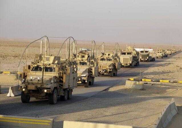 Comboio militar norte-americano atravessando a fronteira entre o Iraque e o Kuwait