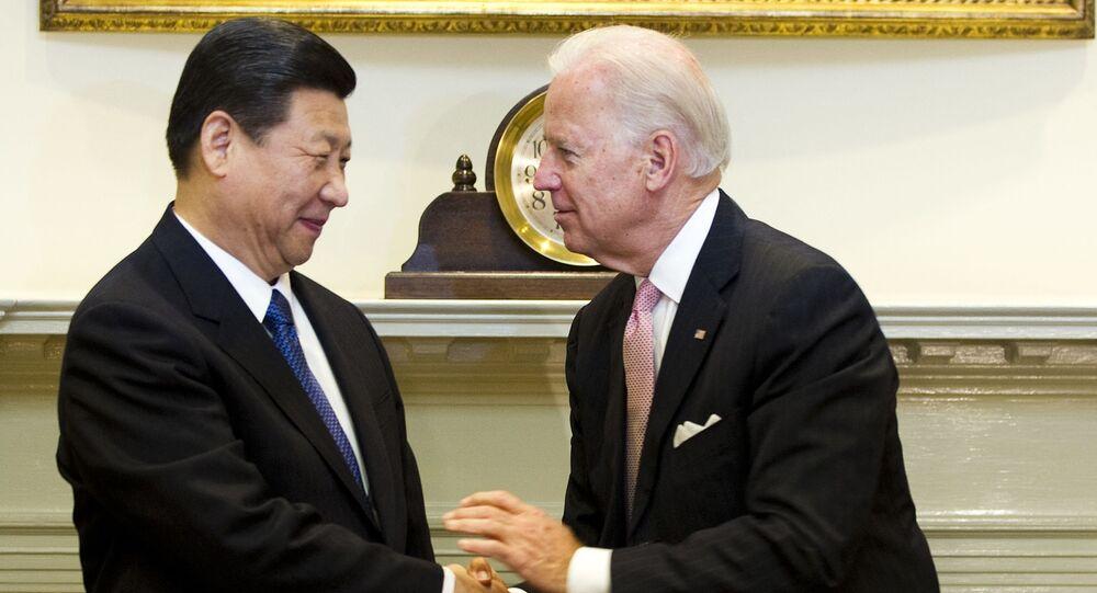 O então vice-presidente dos EUA, Joe Biden (D), cumprimenta o então vice-presidente chinês Xi Jinping na Sala Roosevelt na Casa Branca em Washington, EUA, 14 de fevereiro de 2012