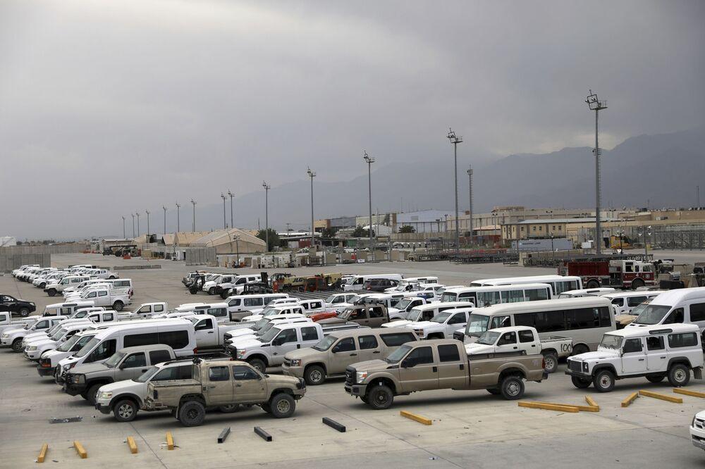 Veículos deixados pelos norte-americanos na base aérea de Bagram, Afeganistão, 5 de julho de 2021