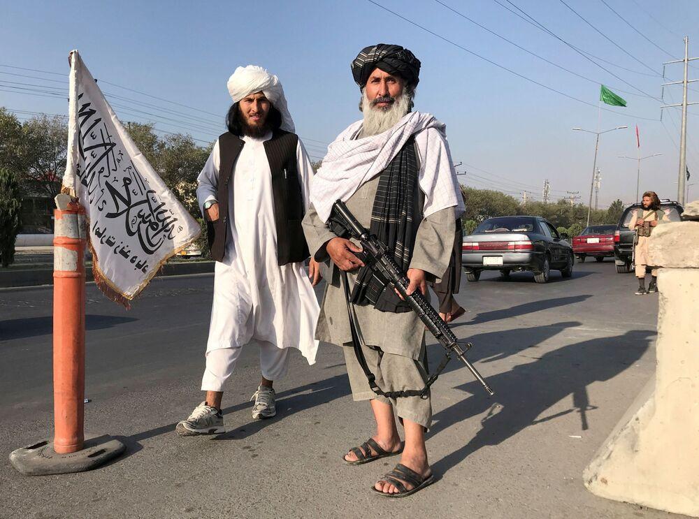 Militante do Talibã (organização terrorista proibida na Rússia e em vários outros países) armado com fuzil M16 norte-americano ao lado do Ministério dos Assuntos Internos em Cabul, Afeganistão, 16 de agosto de 2021