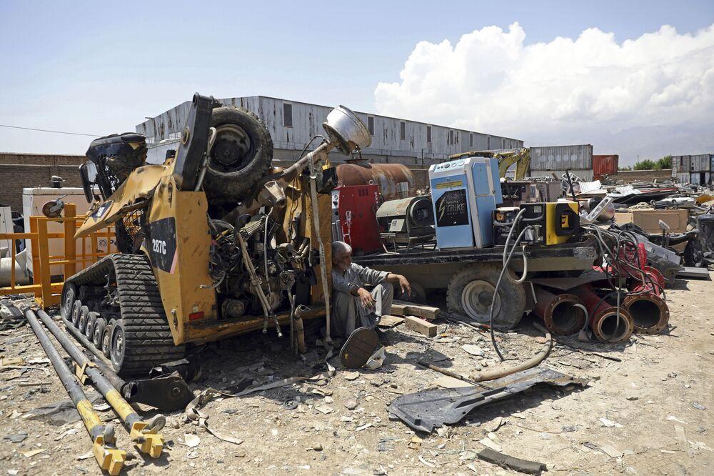 Veículos militares destruídos ao lado da base aérea de Bagram, na província de Parwan, Afeganistão, 3 de maio de 2021
