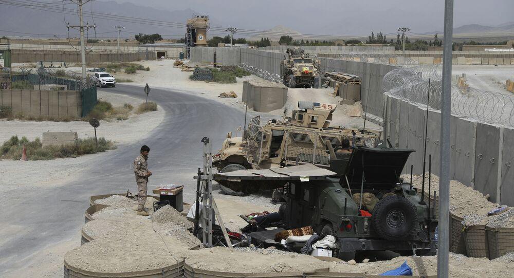Membro das forças de segurança afegãs monta guarda após a saída das tropas dos EUA da base aérea de Bagram, na província de Parwan, Afeganistão, 5 de julho de 2021