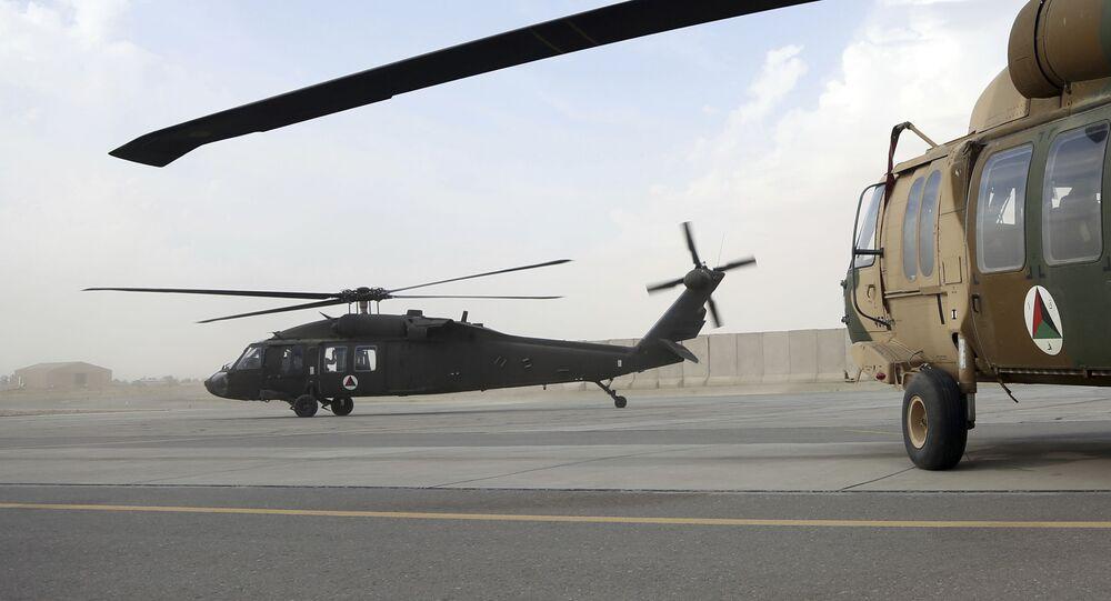 Helicóptero militar UH-60 Black Hawk carregando conselheiros dos EUA e recrutas afegãos decola no Aeródromo de Kandahar, Afeganistão, 19 de março de 2018