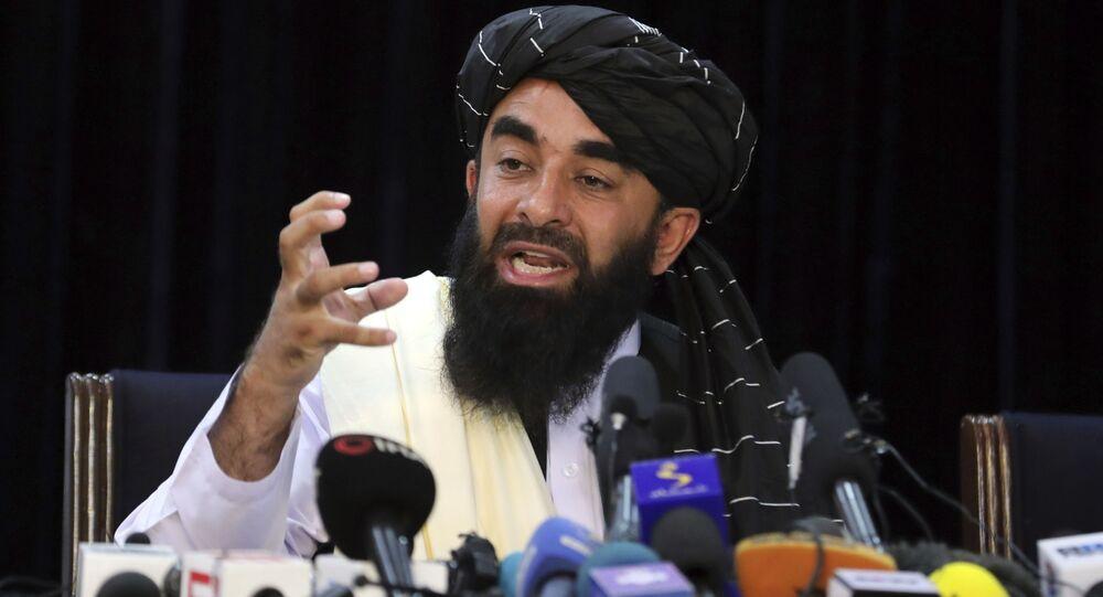Porta-voz do Talibã, Zabihullah Mujahid, durante sua primeira coletiva de imprensa, Cabul, Afeganistão, 17 de agosto de 2021