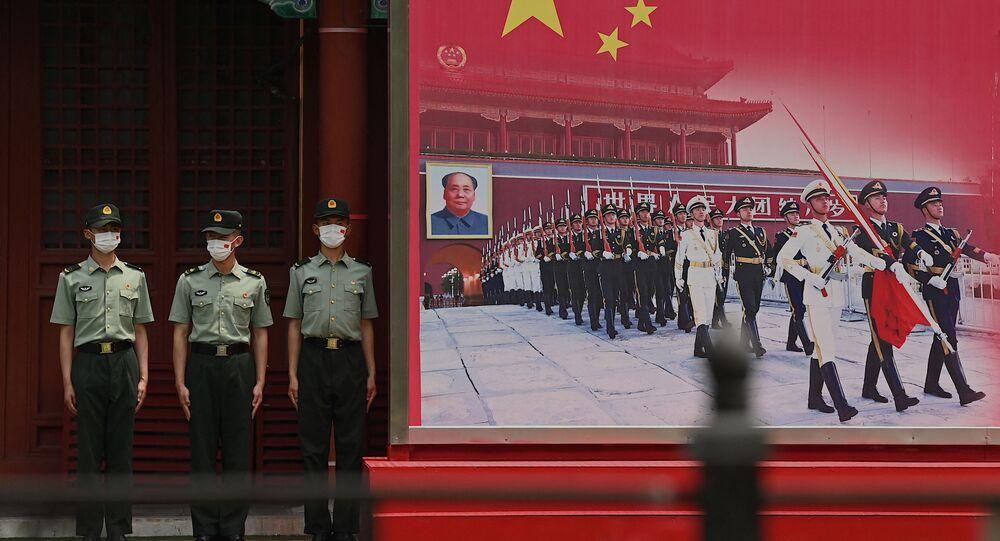 Soldados do Exército de Libertação Popular (ELP) da China de guarda na entrada da Cidade Proibida em Pequim, China, 12 de junho de 2021