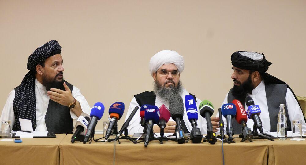 Da esquerda para direita: Mohammad Naim, Mawlawi Shahabuddin Dilawar e Suhil Shaheen, membros de uma delegação política do Talibã participam de uma entrevista coletiva em Moscou, Rússia, 9 de julho de 2021