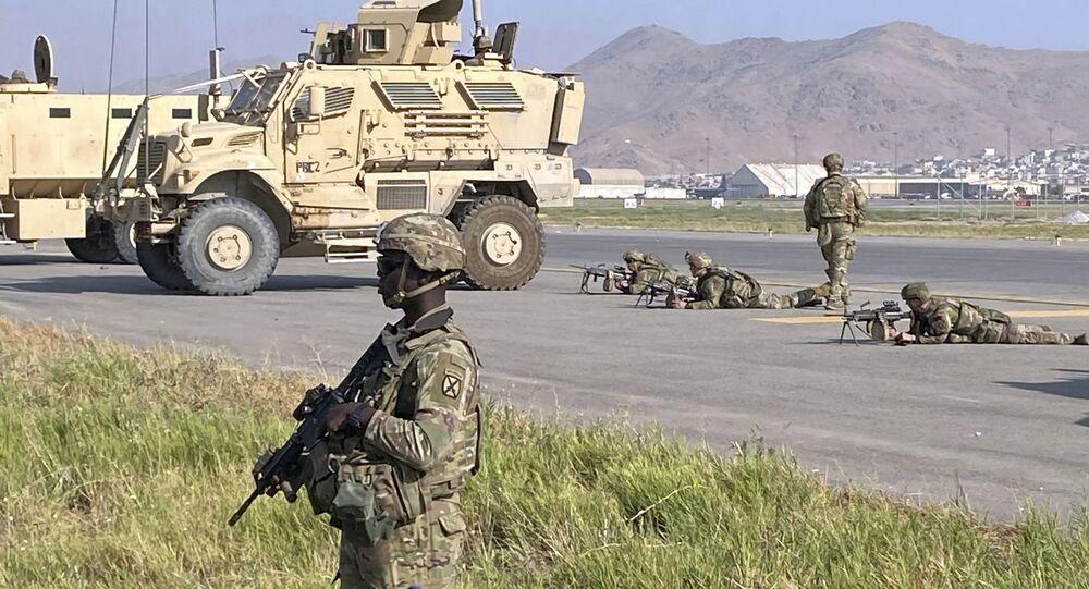 Soldados norte-americanos montam guarda ao longo de um perímetro no aeroporto internacional de Cabul, Afeganistão,16 de agosto de 2021
