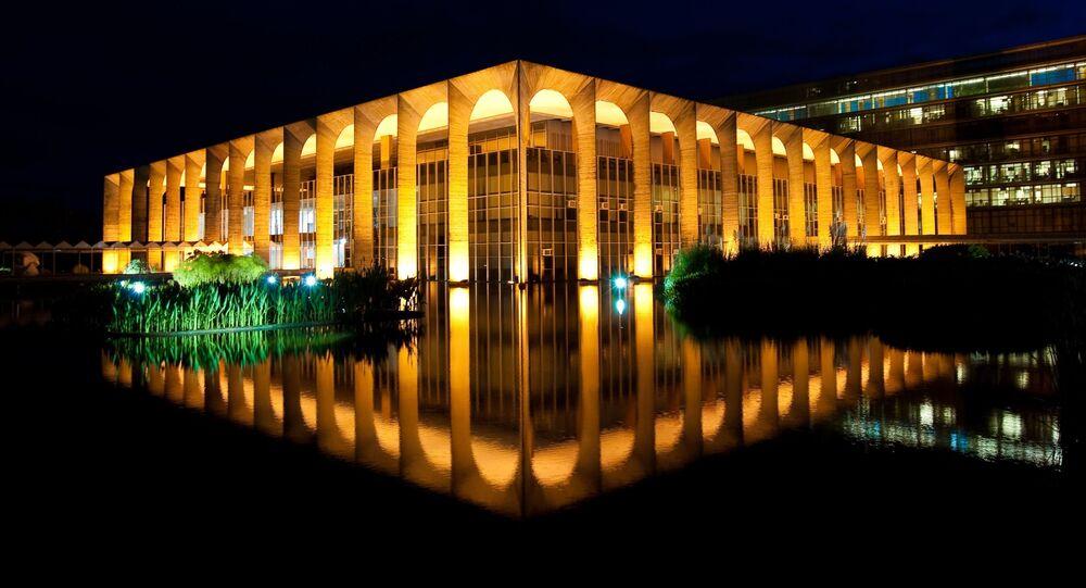 Fachada iluminada do Palácio Itamaraty, sede do Ministério da Relações Exteriores, 13 de agosto de 2020