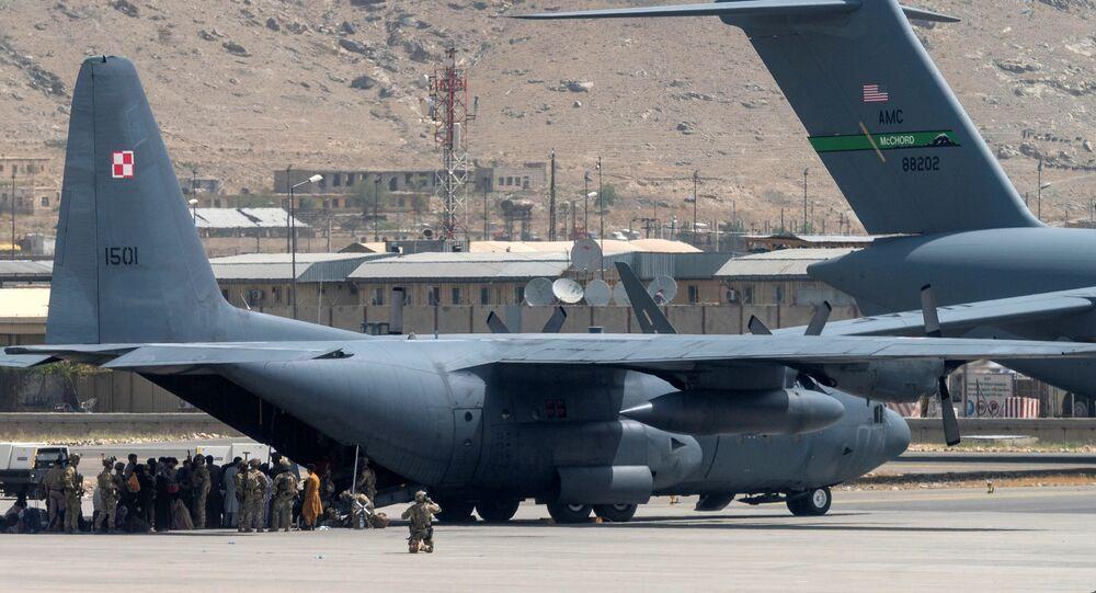 Militares norte-americanos defendem a aeronave no Aeroporto Internacional Hamid Karzai em Cabul, Afeganistão