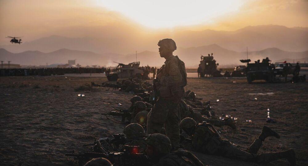 Militares dos EUA fazem a segurança do Aeroporto Internacional de Cabul, Afeganistão