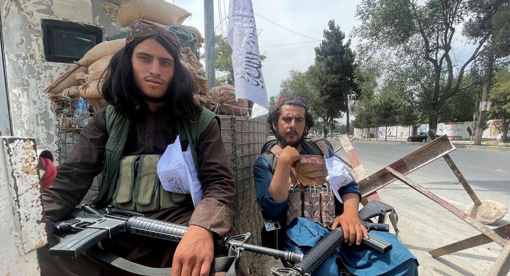 Membros das forças do Talibã em um posto de guarda em Cabul, Afeganistão