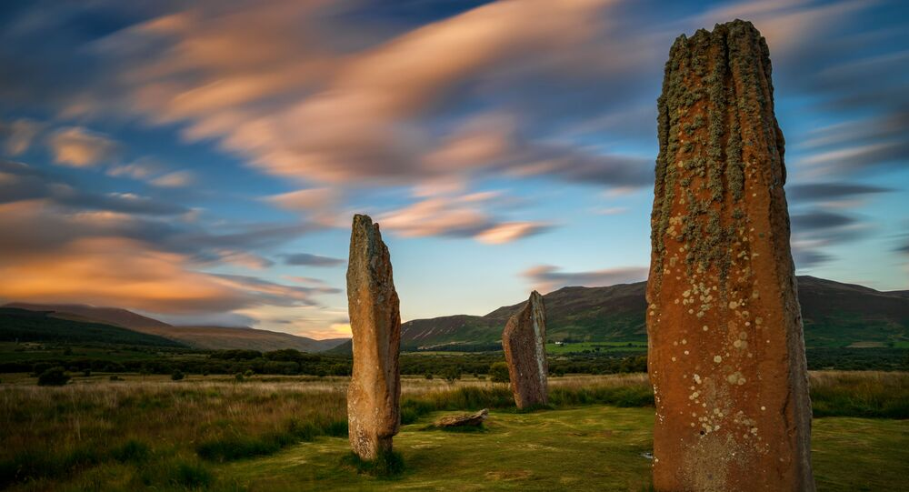 As pedras de Machrie Moor no pôr do sol, ilha de Arran, Escócia