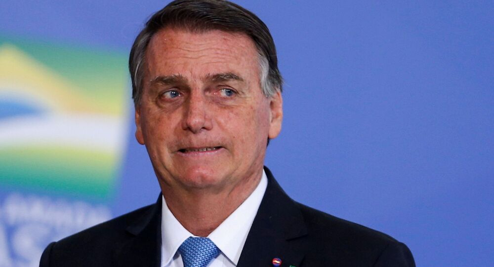 O presidente do Brasil, Jair Bolsonaro, observa durante a cerimônia de promoção de generais das Forças Armadas, no Palácio do Planalto em Brasília, Brasil, 12 de agosto de 2021