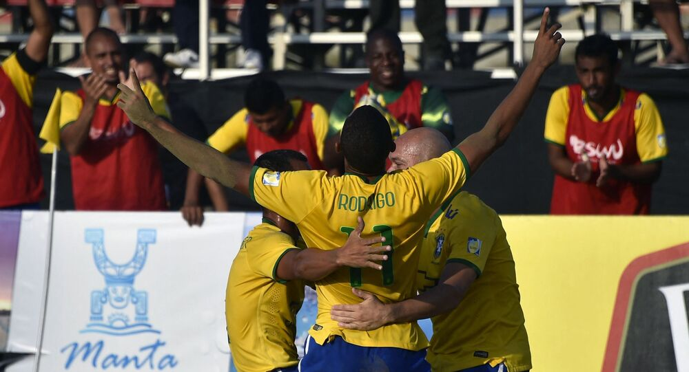 Jogador brasileiro Rodrigo comemora após marcar contra o Paraguai durante a final da Copa Sul-Americana de Futebol de Areia em Manta, Equador, em 26 de abril de 2015