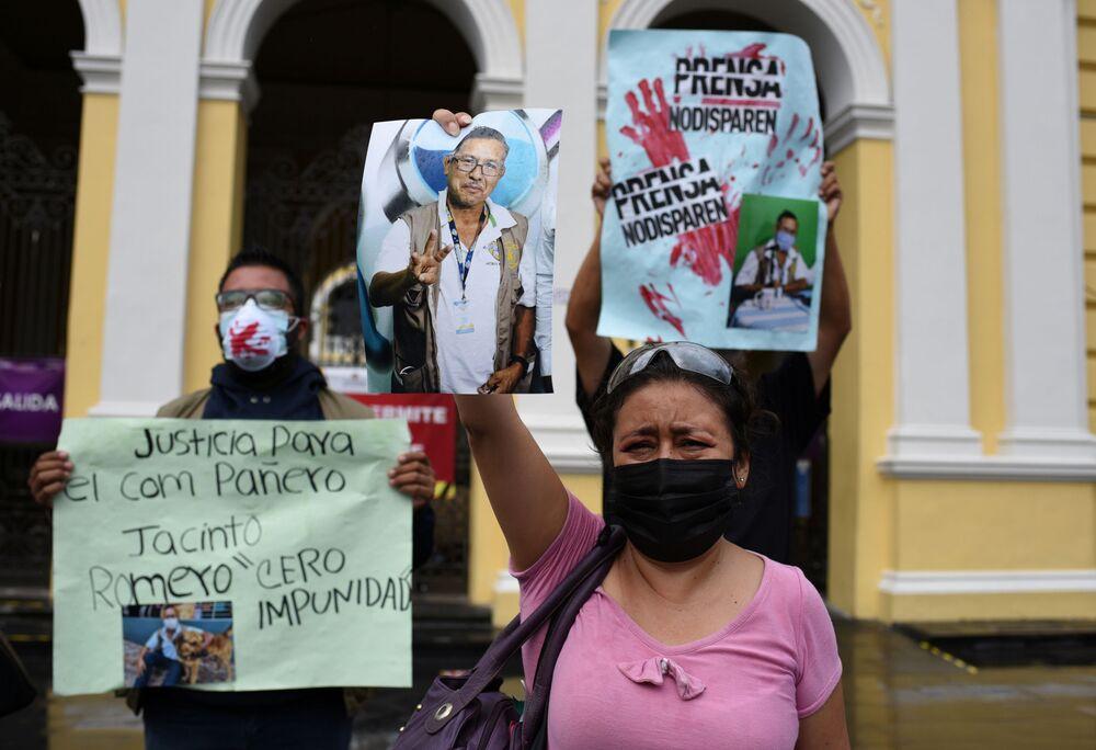 Jornalista local com foto do radiojornalista mexicano Jacinto Romero Flores, em Orizaba, México, 19 de agosto 2021