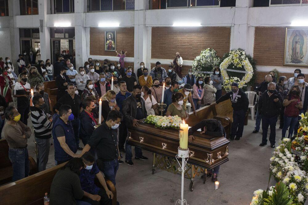 Familiares, amigos e jornalistas ao lado do caixão de Jacinto Romero Flores durante a missa, em Ixtaczoquitlán, no estado de Veracruz, México, 19 de agosto de 2021