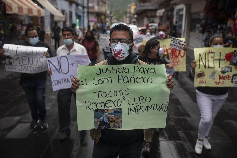 Manifestantes contra o homicídio do jornalista da rádio Jacinto Romero Flores, em Orizaba, México, 19 de agosto 2021