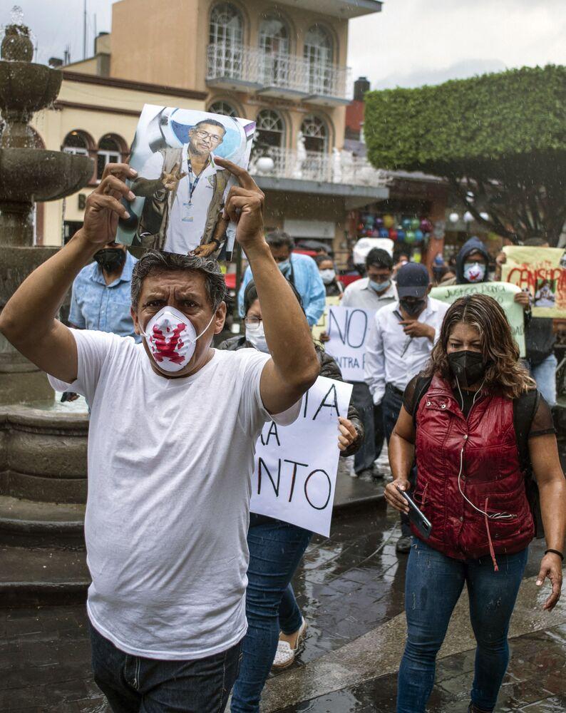 Manifestantes exigem justiça para o homicídio do jornalista de rádio Jacinto Romero Flores, em Orizaba, México, 19 de agosto 2021