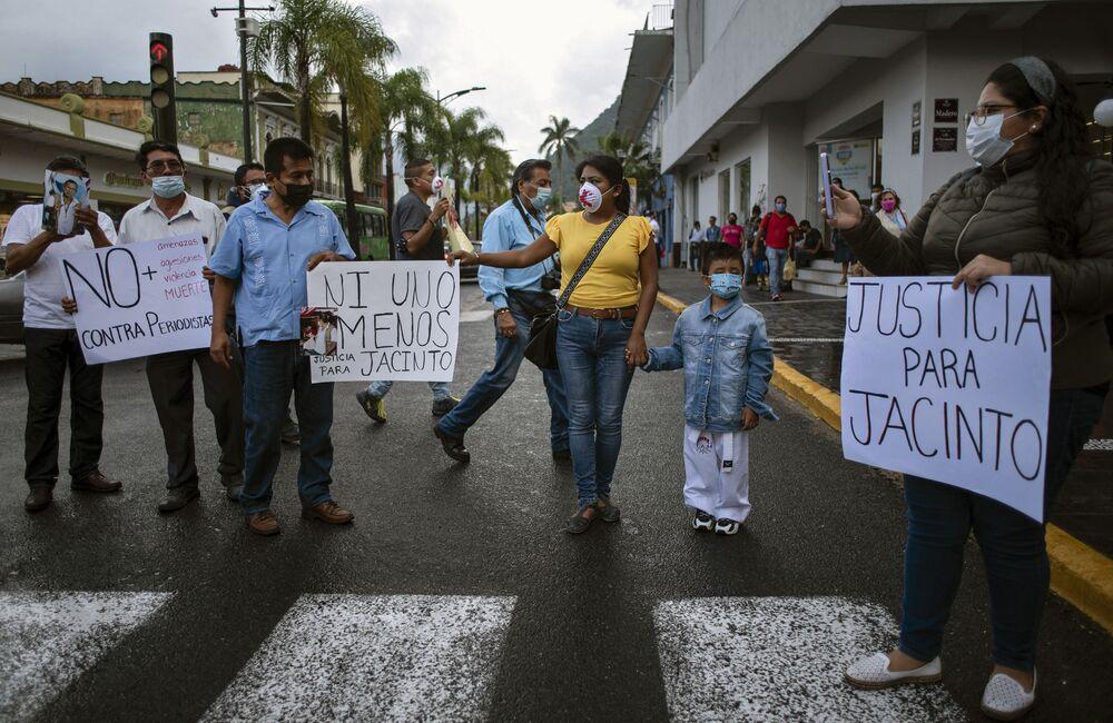 Amigos do radiojornalista Jacinto Romero Flores protestam por justiça, em Orizaba, México, 19 de agosto 2021