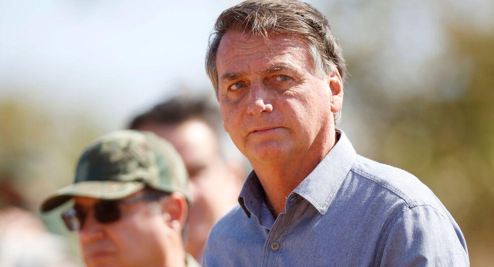 O presidente do Brasil, Jair Bolsonaro, observa os exercícios militares da 'Operação Formosa', em Formosa, Estado de Goiás, Brasil, dia 16 de agosto de 2021