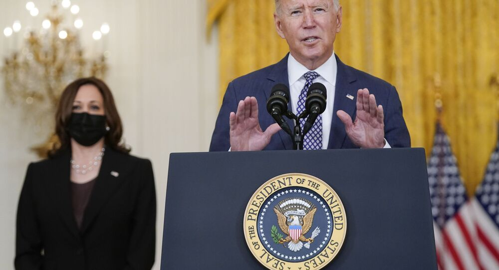 Joe Biden fala sobre a evacuação de cidadãos americanos, suas famílias e afegãos vulneráveis na Casa Branca com a vice-presidente, Kamala Harris, ao seu lado, 20 de agosto de 2021