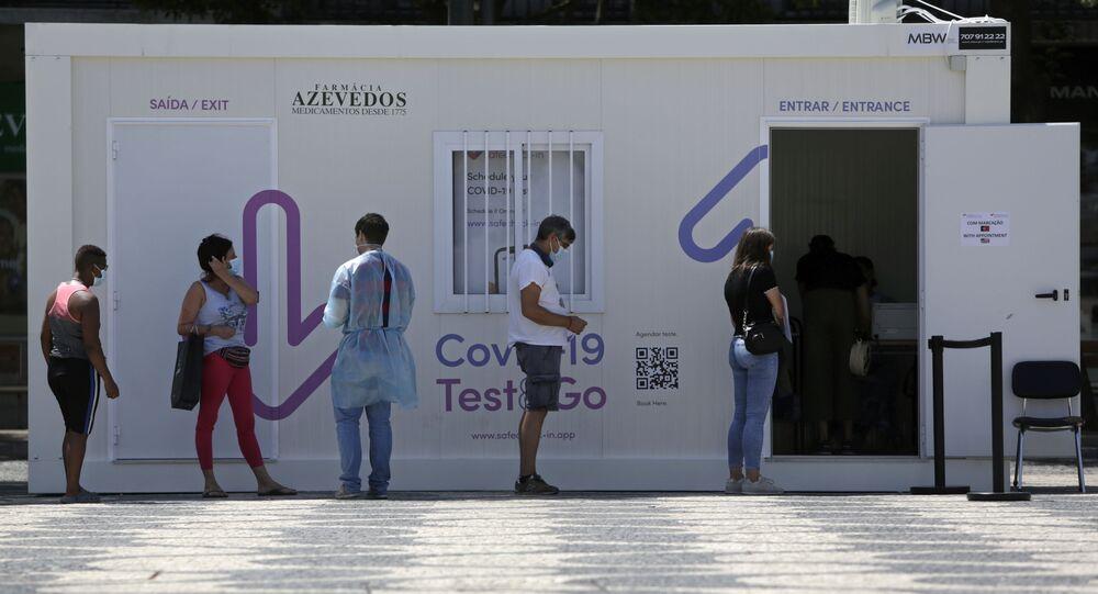Fila de pessoas para fazer teste de COVID-19 no Centro de Lisboa, em 13 de agosto de 2021