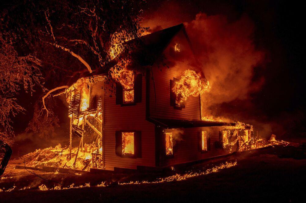 Casa queimando durante o incêndio em Janesville, na Califórnia, EUA, 16 de agosto de 2021