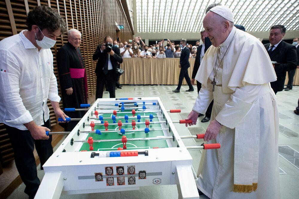 Papa Francisco joga totó no Vaticano, 18 de agosto de 2021
