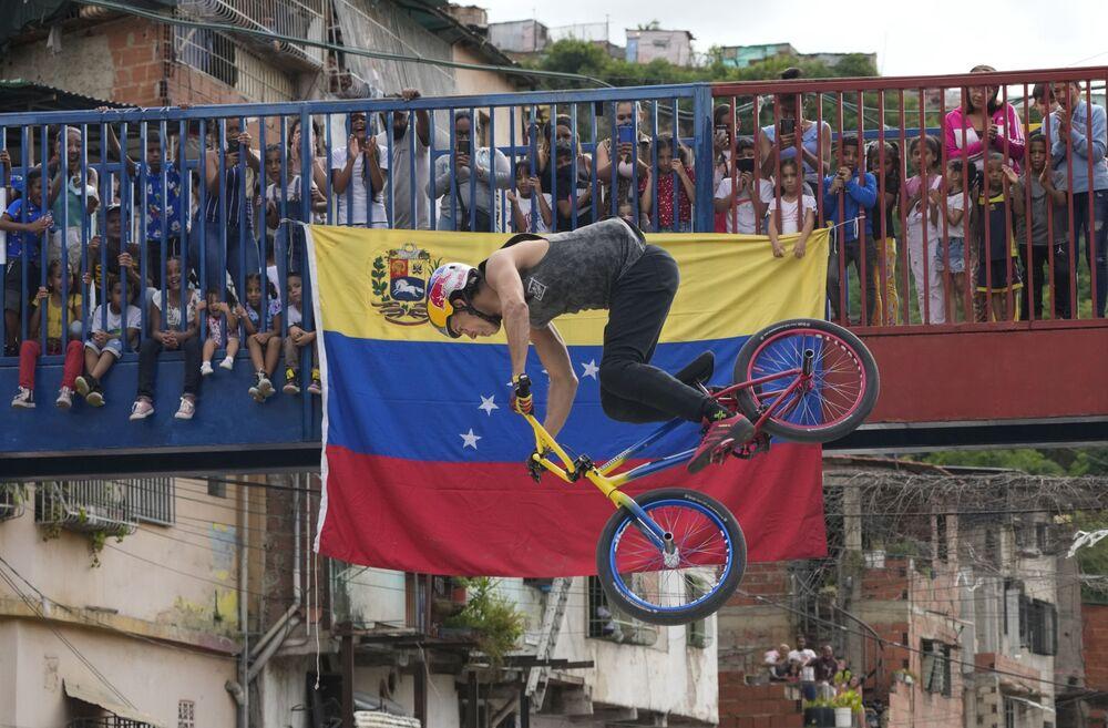 Campeão do Extreme Barcelona 2020 Daniel Dhers, que ganhou a medalha de prata nos Jogos Olímpicos de Tóquio no BMX Freestyle para a Venezuela, se apresenta durante uma exposição em Caracas, 14 de agosto de 2021