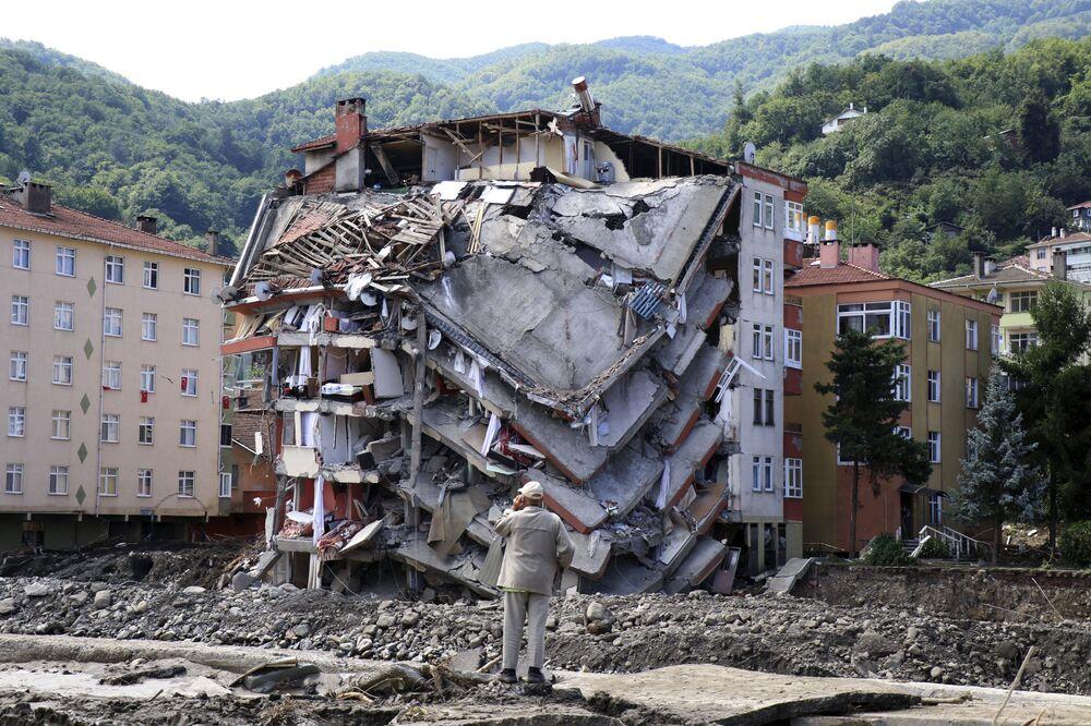 Prédio destruído após inundações na cidade de Bozkurt, na província de Kastamonu, na Turquia, 14 de agosto de 2021